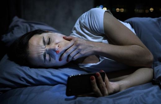 Imagem notícia Problemas com o sono durante a quarentena? Preste atenção no tempo que você passa no celular (principalmente antes de dormir)